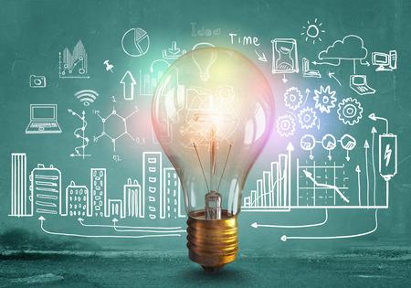 Skleněná zářící žárovka a obchodní nakreslil nápady Reklamní fotografie