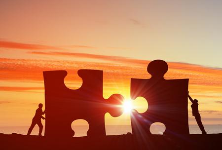 Az üzletemberek összekötő puzzle elemekkel képviselő együttműködési koncepció Stock fotó