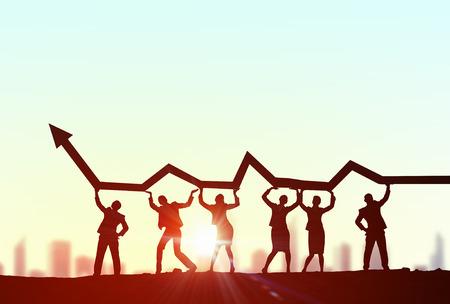 Úspěch: Obchodní lidé zdvihací rostoucí šipku reprezentující koncept pro spolupráci