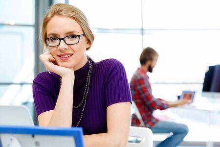 mujeres trabajando: Mujer de negocios joven y bonita trabajando en la oficina