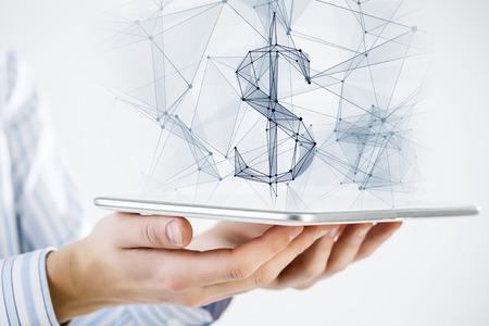 dolar: Mano que sostiene la tableta con signo de dólar rejilla digital en pantalla