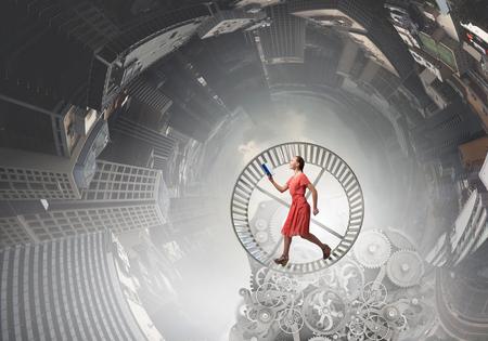Junge Frau im roten Kleid läuft mit Buch in der Hand Standard-Bild - 51229928