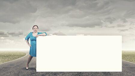 cerveza negra: Stout mujer segura de edad con bandera blanca en blanco