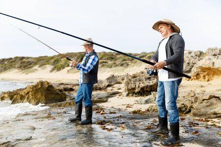 botas altas: Imagen de los pescadores que pescan con cañas