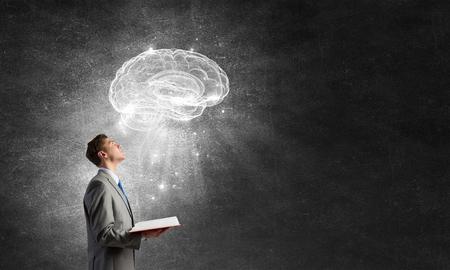Schockiert Geschäftsmann Holding Geöffnet Buch Mit Gehirn Bild ...