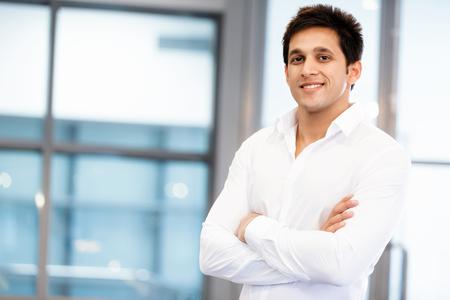 professionnel: Homme d'affaires debout dans le bureau en souriant à la caméra Banque d'images