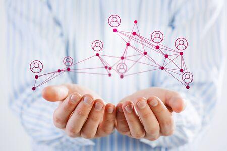 Nahe Ansicht des Geschäftsmannes die Tablette halten, die Konzept des Sozialen Netzes darstellt