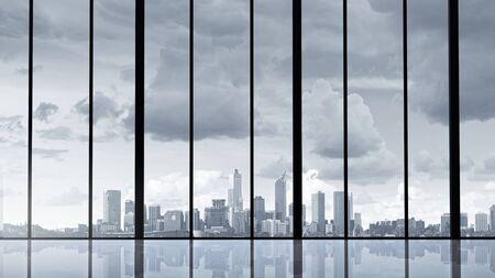 Vue panoramique sur la ville moderne depuis la fenêtre du bureau
