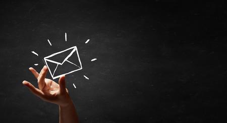lista de correo dibujada a mano aislada en pizarra