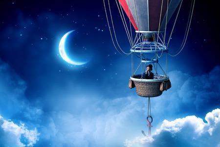 화려한 aerostat에 하늘 높이 비행 젊은 사업가