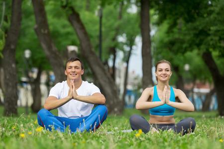 position d amour: Jeune homme et la femme � pratiquer le yoga dans le parc d'�t�