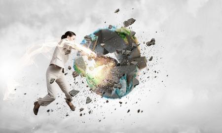 enfado: Mujer en la ira estrellarse el planeta tierra. Foto de archivo
