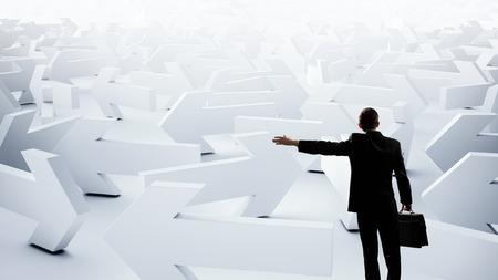 flecha direccion: Hombre de negocios joven confuso en el laberinto de la elección de manera correcta