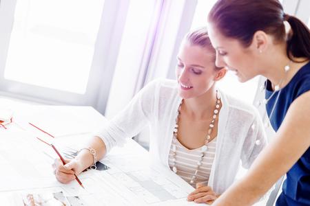Zwei weibliche Kollegen arbeiten zusammen im Büro