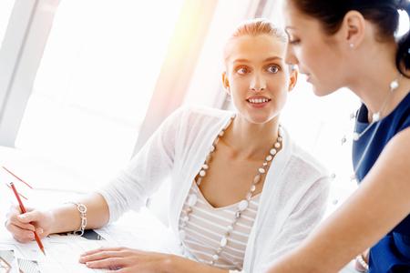 Zwei weibliche Kollegen arbeiten zusammen im Amt Standard-Bild