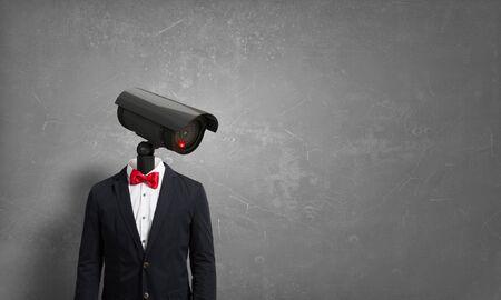 privacy: Retrato de la c�mara encabezados por el hombre en traje como el concepto de seguridad