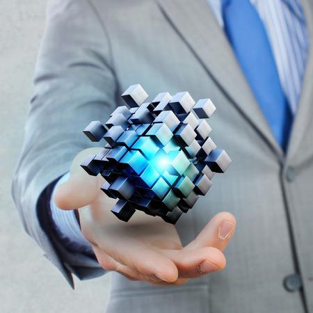 Hand van de zakenman toont digitale kubus als het denken buiten de box-concept Stockfoto