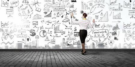 Terug oog van de bedrijfsstrategie zakenvrouw tekening schets op de muur