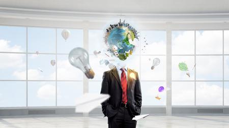 mente humana: El hombre de negocios con el globo en lugar de la cabeza. Elementos de esta imagen proporcionada por la NASA se Foto de archivo