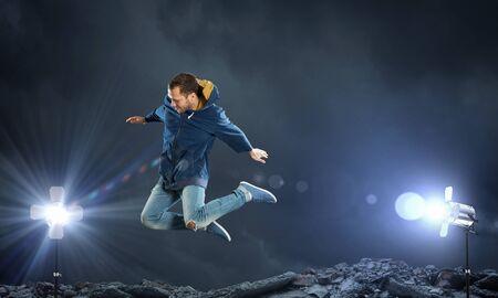 bailarin hombre: hombre joven bailar�n en salto sobre fondo oscuro