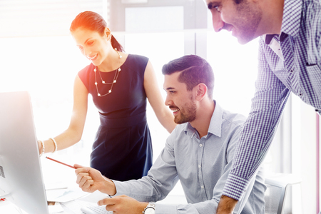 Gente de negocios trabajando y discutiendo en la oficina moderna Foto de archivo - 53764746