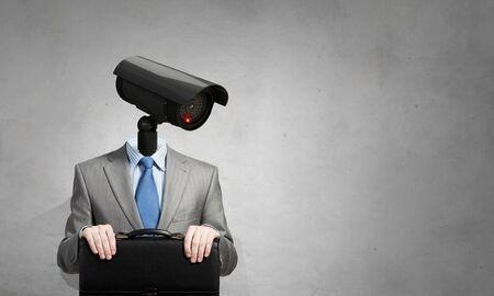 privacidad: Retrato de la cámara encabezados por el hombre en traje como el concepto de seguridad