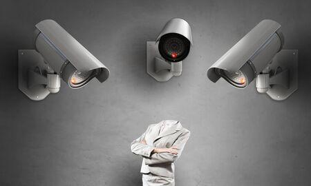 seguridad en el trabajo: negocios sin cabeza en la habitaci�n bajo el control de c�maras de CCTV