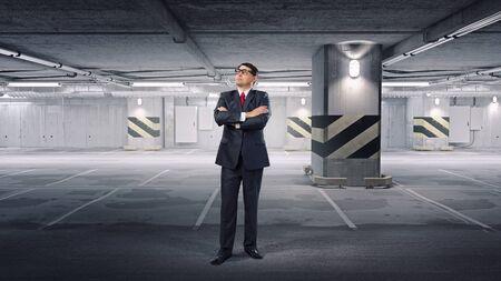 mani incrociate: Uomo d'affari esperto in bicchieri in piedi con le mani incrociate sul petto Archivio Fotografico