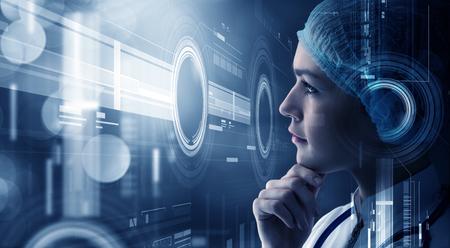 cientista da mulher jovem olhando para a tela de mídia virtual