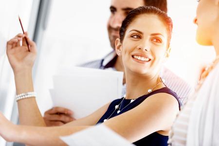 personas hablando: La gente de negocios que trabajan en discusiones y en la oficina moderna