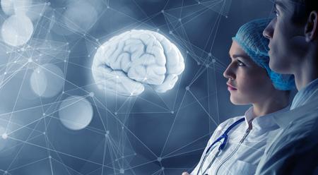 Jonge vrouw en man wetenschappers kijken naar virtuele media scherm