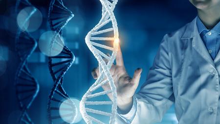 Científico de la mujer imagen Molécula de ADN tocar la pantalla multimedia