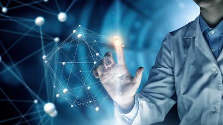 仮想メディア画面で指で触れる女性科学者