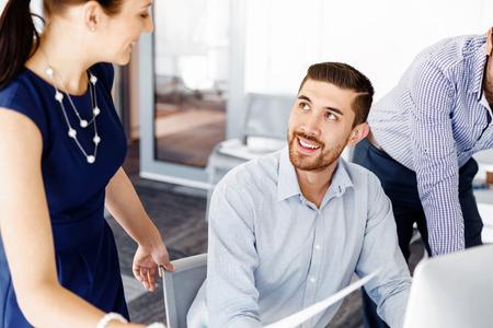 gente reunida: La gente de negocios que trabajan en discusiones y en la oficina moderna