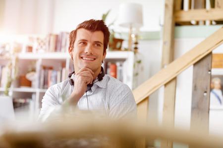 uomo felice: Giovane imprenditore di lavoro in ufficio