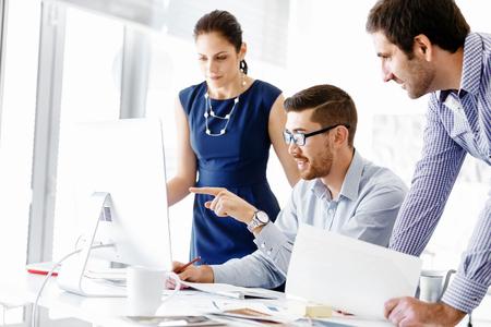 sala de reuniones: La gente de negocios que trabajan en discusiones y en la oficina moderna