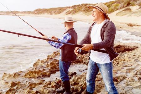 pescador: Imagen de los pescadores que pescan con cañas