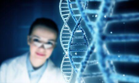 Imagen molécula de ADN en la pantalla de los medios de comunicación científico examen de la mujer