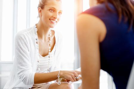 Dois colegas do sexo feminino que trabalham juntos no escrit�rio