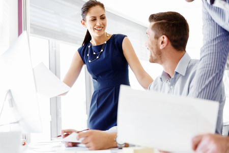 ビジネス人々、近代的なオフィスに議論