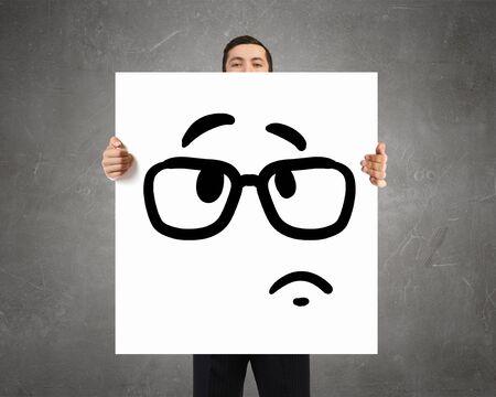 enojo: Empresario mantenga tablero blanco con cara triste emoticono