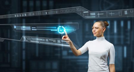有吸引力的科學家女人在白色觸摸虛擬屏幕