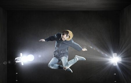 bailarin hombre: hombre joven bailarín en salto sobre fondo oscuro