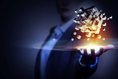 Onderneemster die in hand kubus als symbool van het oplossen van problemen