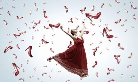 sotto la pioggia: Giovane e bella donna in abito sotto la pioggia di scarpe che cadono