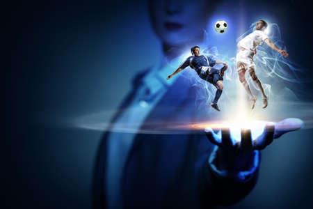 jugadores de futbol: Dos jugadores de fútbol en salto que luchan por la pelota Foto de archivo