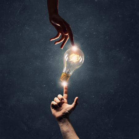 Toucher de la main Homme idée incandescent ampoule Banque d'images - 56398827