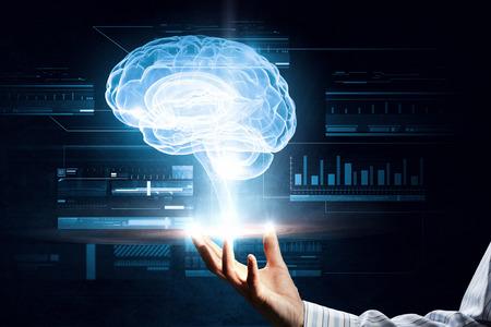 Close-up van mannelijke hand die holografie van de hersenen in de palm