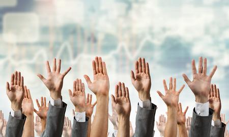 Muchas manos diferentes personas en la fila levantados