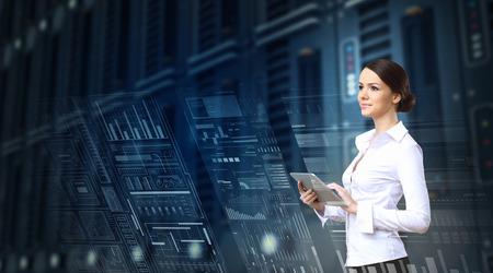 D'affaires avec Tablet PC sur le fond bleu de la haute technologie
